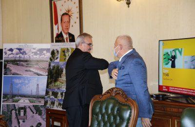 (Turkish) BAŞKAN ŞAHİN'DEN KARALOĞLU'NA PLAKET